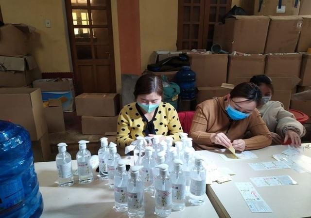 Triệt phá cơ sở sản xuất chui hàng nghìn chai nước rửa tay - 2