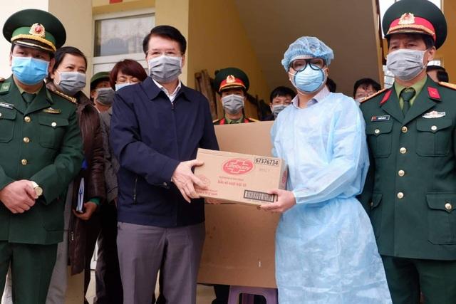 Tuyến đầu chống nCoV: Lào Cai tiếp nhận 216 người Việt từ tâm dịch - 6