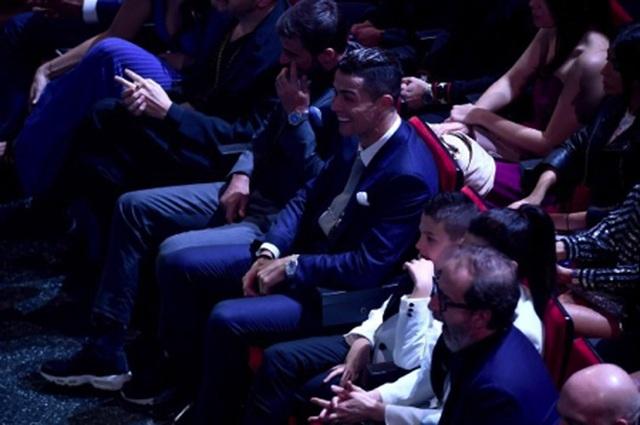 C.Ronaldo hết mình ủng hộ bạn gái khiêu vũ gợi cảm trên sân khấu - 3