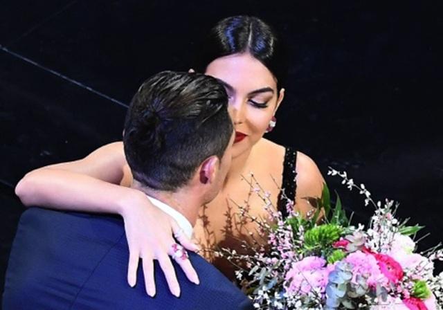 C.Ronaldo hết mình ủng hộ bạn gái khiêu vũ gợi cảm trên sân khấu - 4