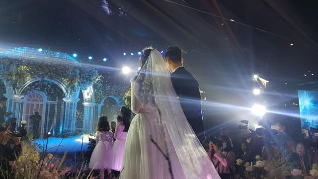 Đám cưới Duy Mạnh - Quỳnh Anh: Cặp đôi trao nhẫn, chính thức là vợ chồng - 11