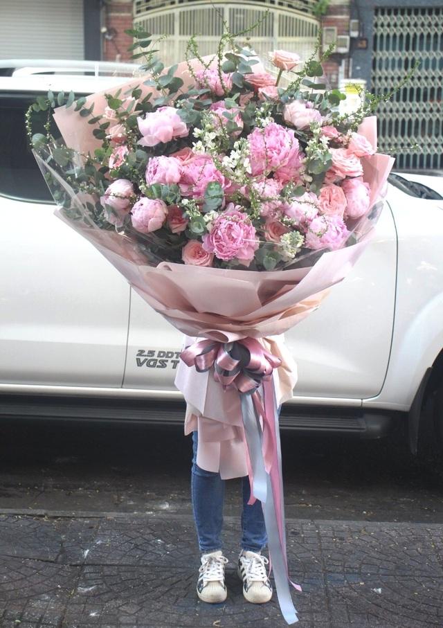 Đại gia chơi trội mua bó hoa 40 triệu đồng tặng bạn gái dịp Valentine  - 5