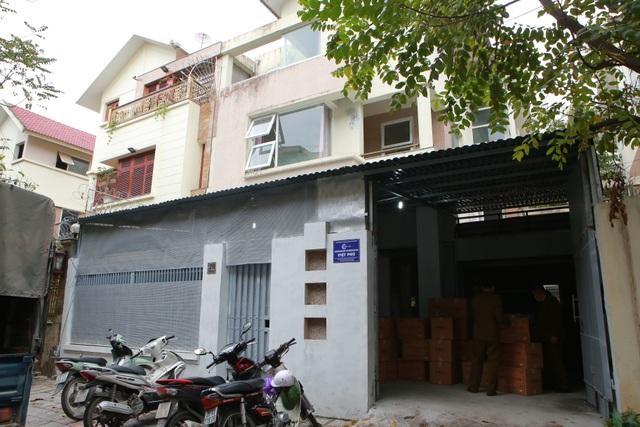 Phát hiện một người Trung Quốc thu gom 50 thùng khẩu trang tại Hà Nội - 1