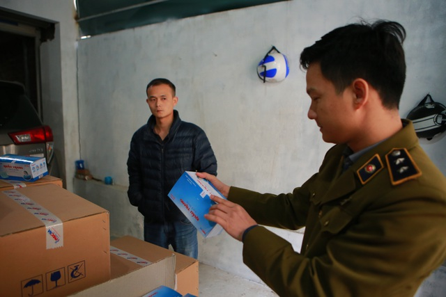 Phát hiện một người Trung Quốc thu gom 50 thùng khẩu trang tại Hà Nội - 9