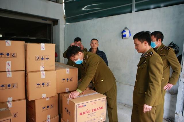 Phát hiện một người Trung Quốc thu gom 50 thùng khẩu trang tại Hà Nội - 3