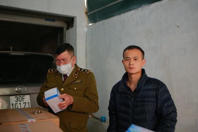 Phát hiện một người Trung Quốc thu gom 50 thùng khẩu trang tại Hà Nội - 6