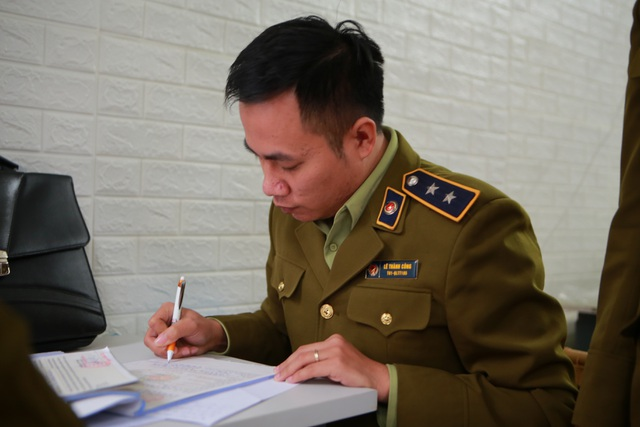 Phát hiện một người Trung Quốc thu gom 50 thùng khẩu trang tại Hà Nội - 7