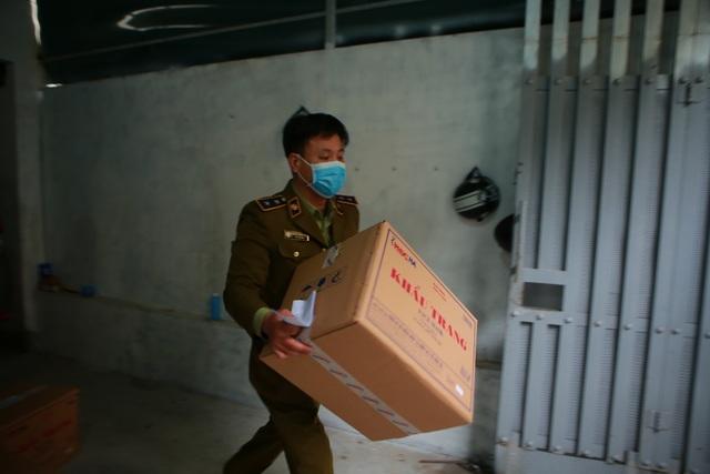 Phát hiện một người Trung Quốc thu gom 50 thùng khẩu trang tại Hà Nội - 10