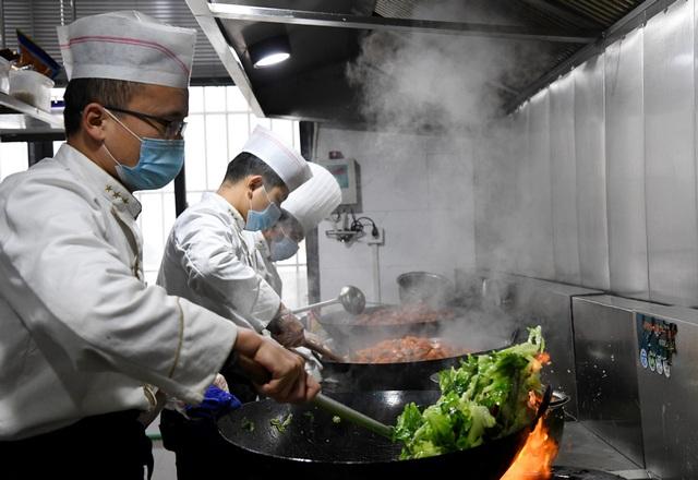 Nhà hàng nấu ăn miễn phí cho những người nhiễm virus corona - 1
