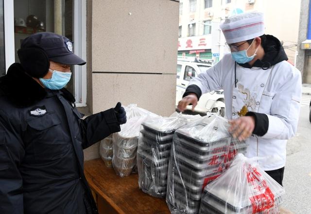 Nhà hàng nấu ăn miễn phí cho những người nhiễm virus corona - 6
