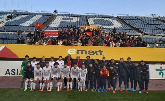 Cổ động viên Việt Nam tại Hàn Quốc chúc mừng đội tuyển nữ Việt Nam - 1