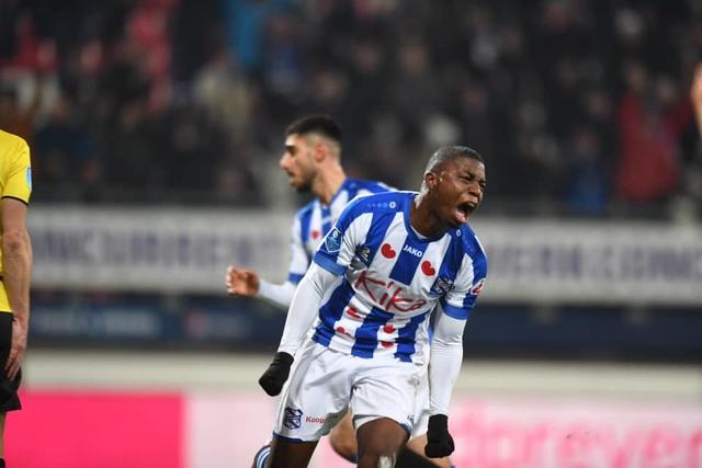 Hậu vệ trái Heerenveen ghi bàn giúp đội nhà giành 1 điểm - 2