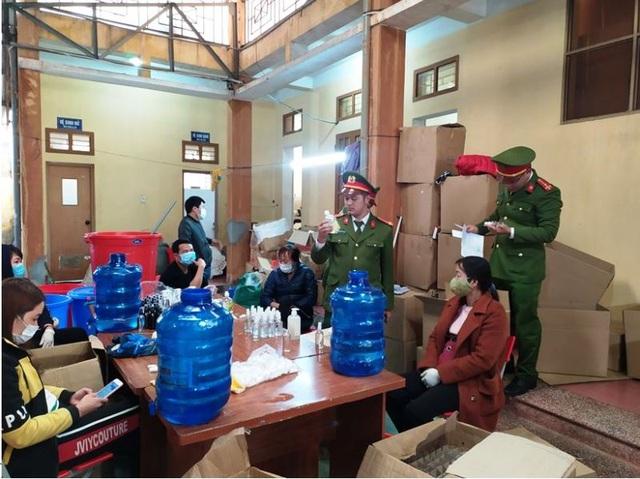 Triệt phá cơ sở sản xuất chui hàng nghìn chai nước rửa tay - 1