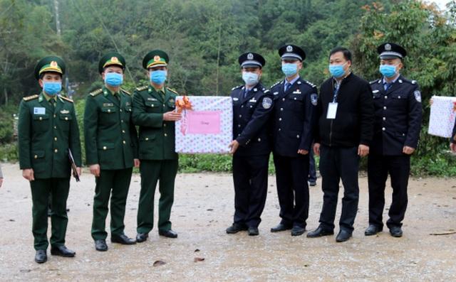 Tặng 60.000 khẩu trang cho lực lượng chức năng và nhân dân Trung Quốc - 1