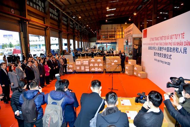 Việt Nam chuyển khẩu trang, vật tư y tế tốt nhất tặng Trung Quốc - 3