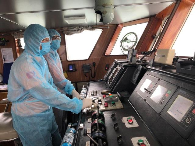 Thủy thủ bảo hộ kín mít khi cứu thuyền viên Philippines thời dịch corona - 1