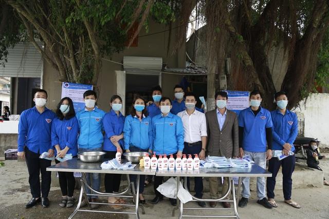 Phát 5.000 khẩu trang, nước rửa tay miễn phí cho học sinh vùng biển - 1