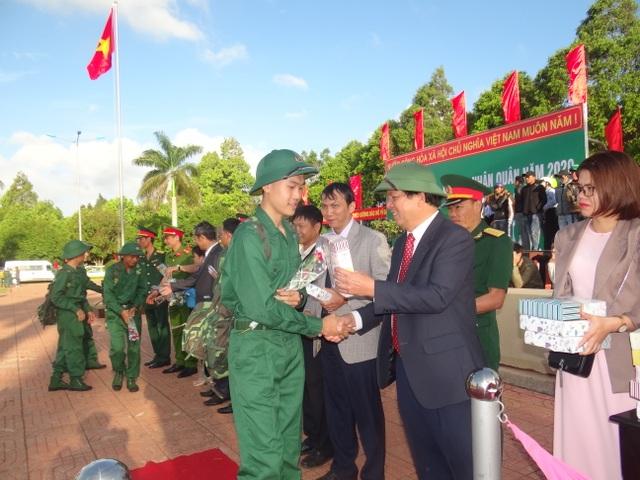 Đắk Lắk: Nữ tân binh duy nhất nhập ngũ nổi bật trong ngày tòng quân - 2