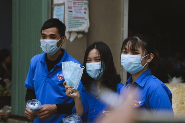 Phát 5.000 khẩu trang, nước rửa tay miễn phí cho học sinh vùng biển - 3