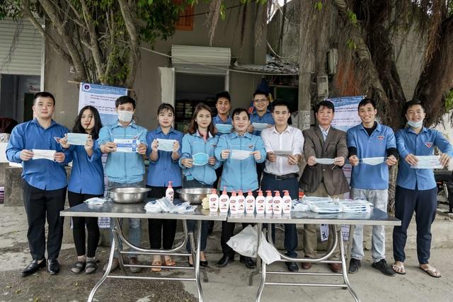 Phát 5.000 khẩu trang, nước rửa tay miễn phí cho học sinh vùng biển - 2