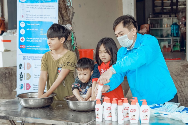 Phát 5.000 khẩu trang, nước rửa tay miễn phí cho học sinh vùng biển - 18