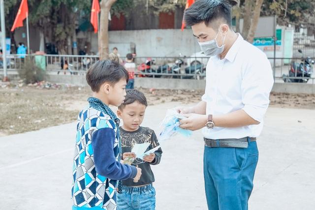 Phát 5.000 khẩu trang, nước rửa tay miễn phí cho học sinh vùng biển - 10