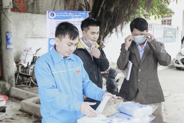 Phát 5.000 khẩu trang, nước rửa tay miễn phí cho học sinh vùng biển - 7