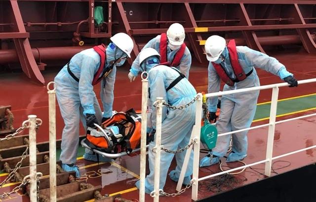 Thủy thủ bảo hộ kín mít khi cứu thuyền viên Philippines thời dịch corona - 3