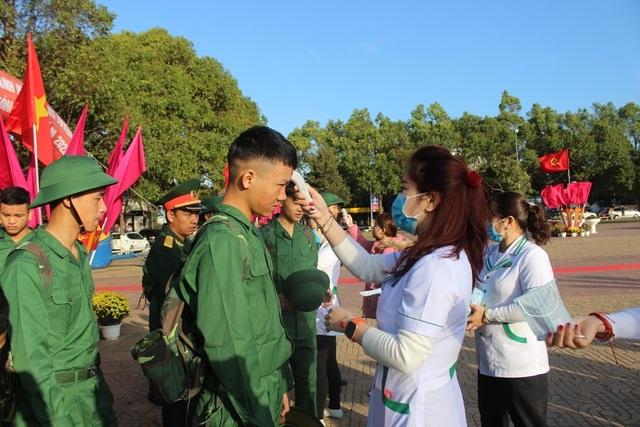 Đắk Lắk: Nữ tân binh duy nhất nhập ngũ nổi bật trong ngày tòng quân - 3
