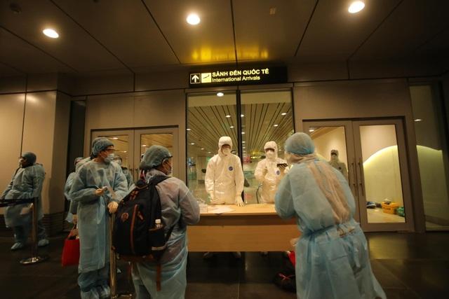 """Cận cảnh người Việt trở về từ Vũ Hán được trang bị bảo hộ """"đặc chủng"""" - 5"""
