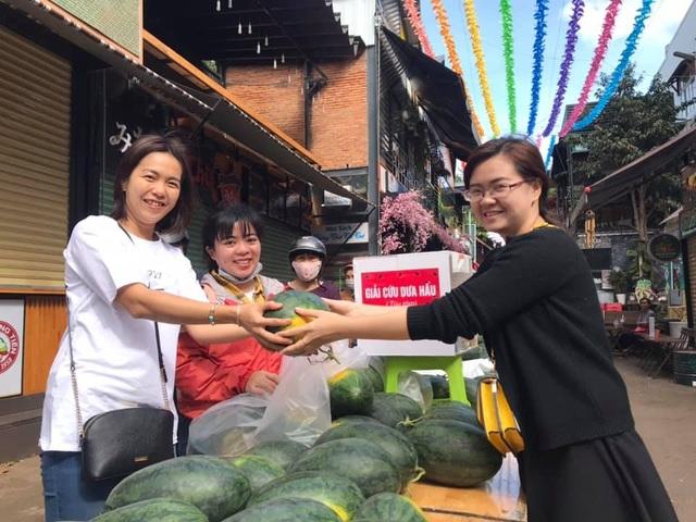 """Người dân Đắk Lắk hào hứng """"giải cứu"""" dưa hấu giúp bà con nông dân - 1"""