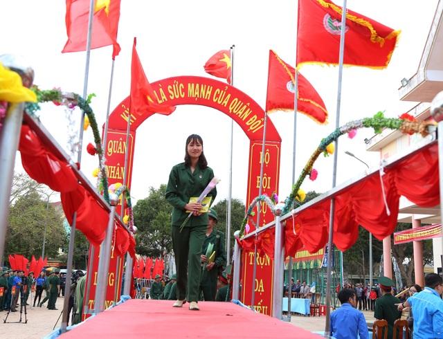 Đắk Lắk: Nữ tân binh duy nhất nhập ngũ nổi bật trong ngày tòng quân - 1
