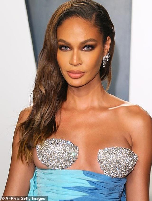 Choáng với váy táo bạo của siêu mẫu Joan Smalls - 1