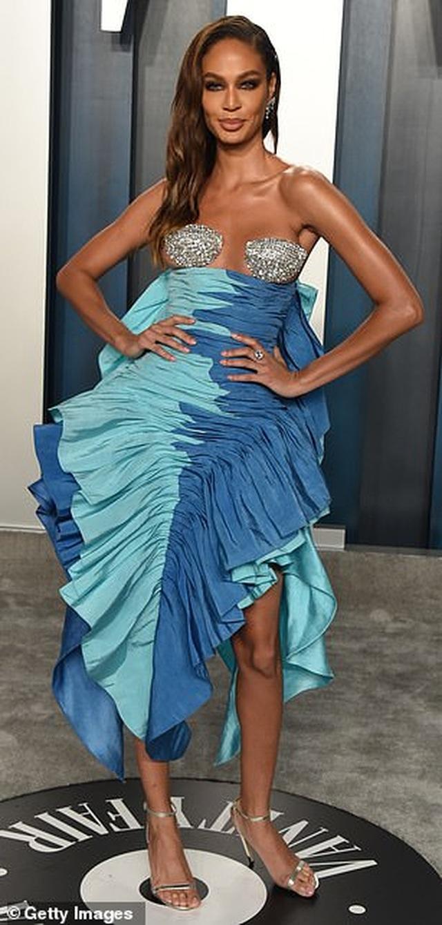 Choáng với váy táo bạo của siêu mẫu Joan Smalls - 3