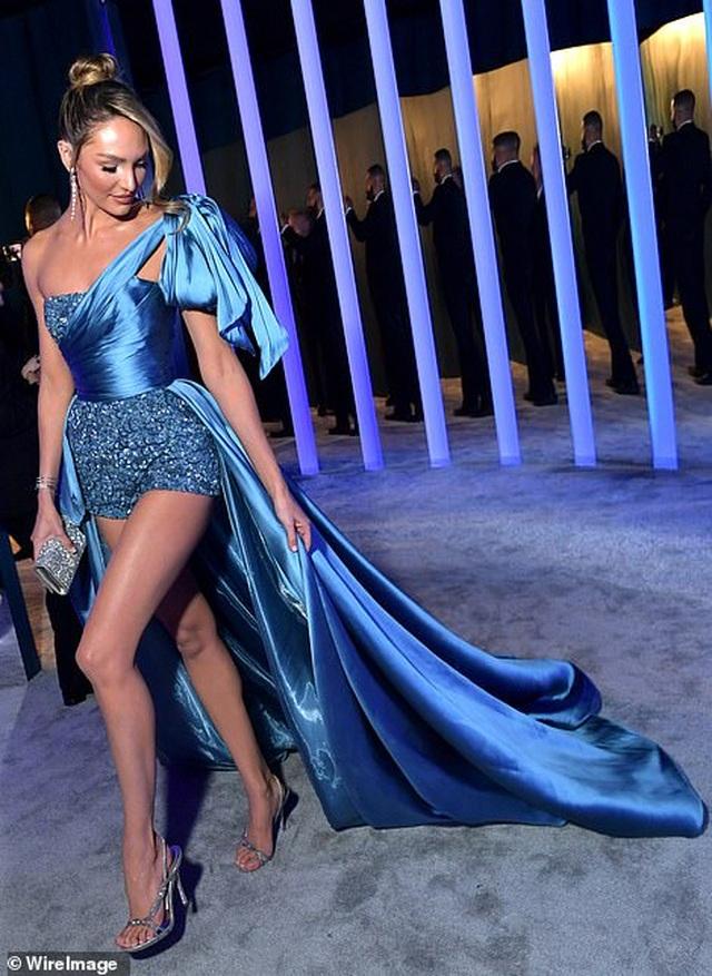Choáng với váy táo bạo của siêu mẫu Joan Smalls - 7