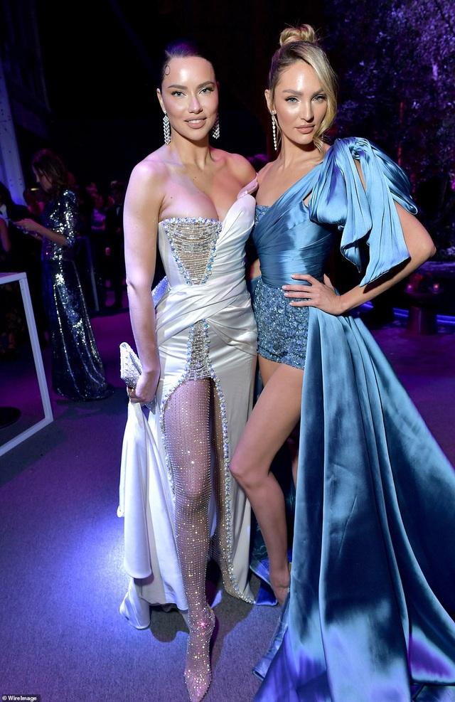 Choáng với váy táo bạo của siêu mẫu Joan Smalls - 8