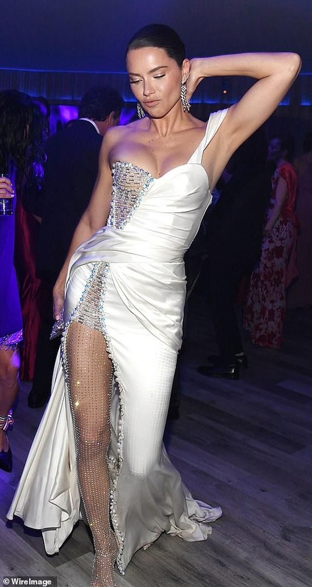 Choáng với váy táo bạo của siêu mẫu Joan Smalls - 9