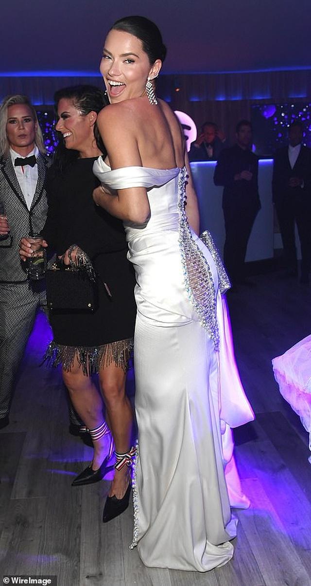 Choáng với váy táo bạo của siêu mẫu Joan Smalls - 10