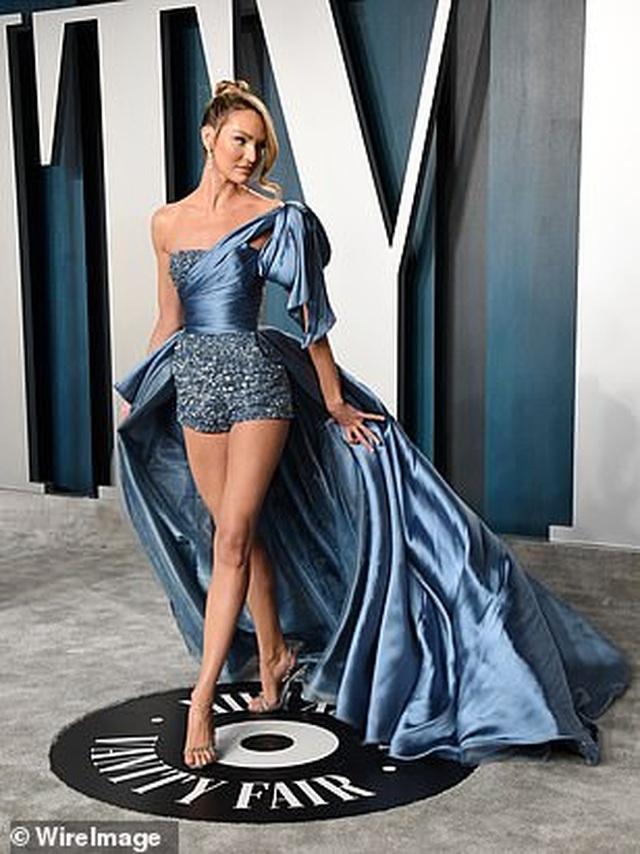 Choáng với váy táo bạo của siêu mẫu Joan Smalls - 6