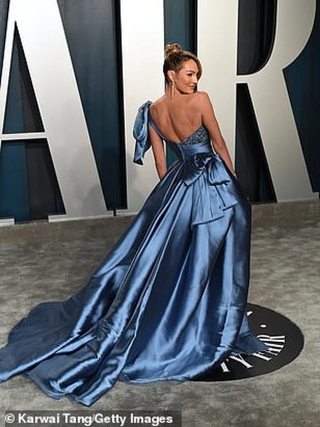 Choáng với váy táo bạo của siêu mẫu Joan Smalls - 5