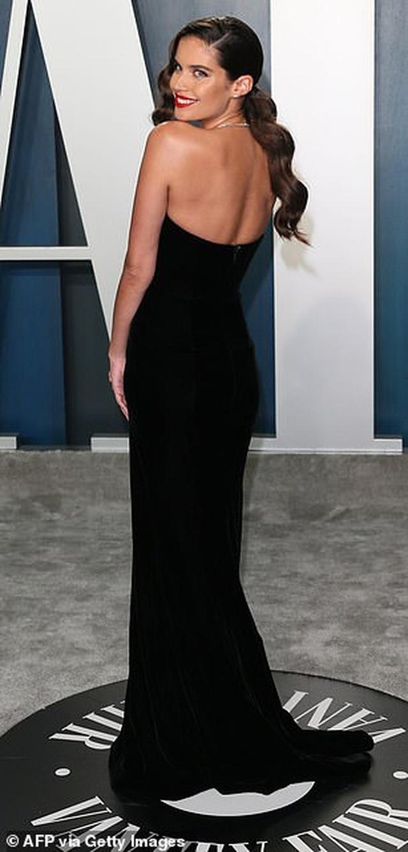 Choáng với váy táo bạo của siêu mẫu Joan Smalls - 15