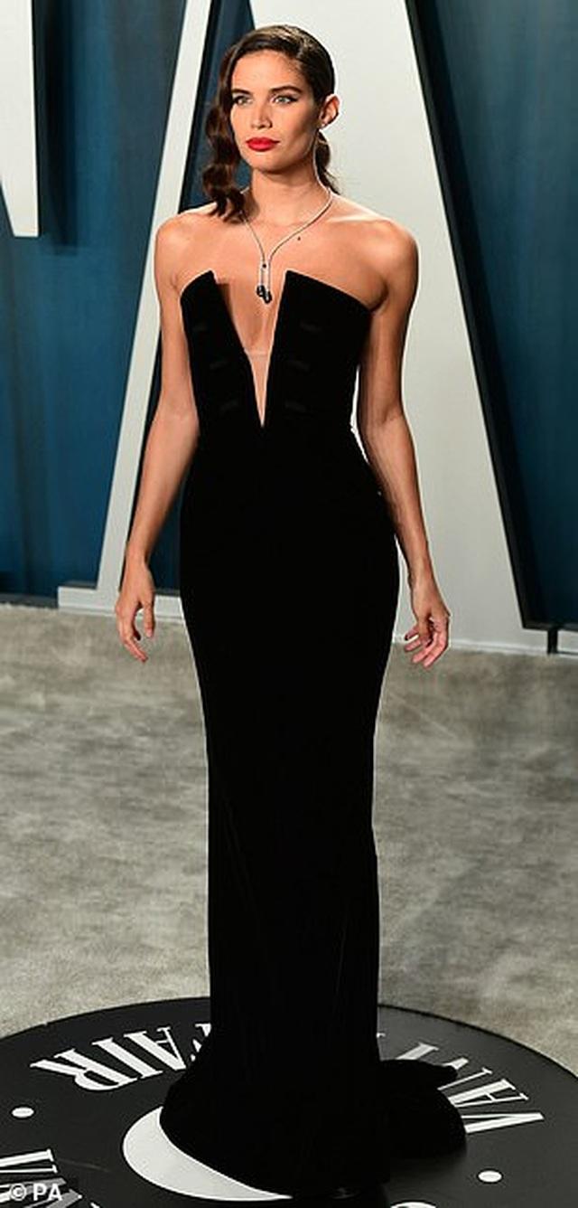 Choáng với váy táo bạo của siêu mẫu Joan Smalls - 16