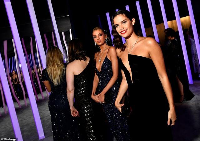 Choáng với váy táo bạo của siêu mẫu Joan Smalls - 17
