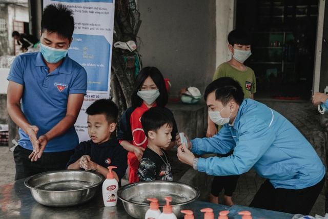 Phát 5.000 khẩu trang, nước rửa tay miễn phí cho học sinh vùng biển - 19