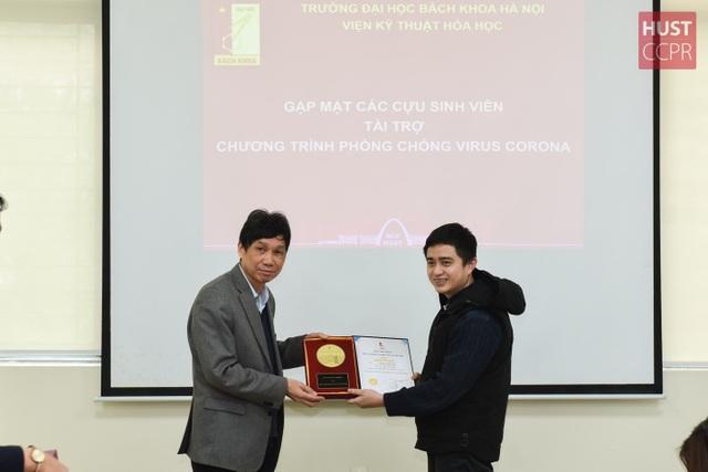 Cựu sinh viên Bách khoa Hà Nội hỗ trợ trường sản xuất dung dịch sát khuẩn - 3