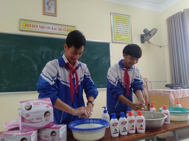 Phát 5.000 khẩu trang, nước rửa tay miễn phí cho học sinh vùng biển - 12