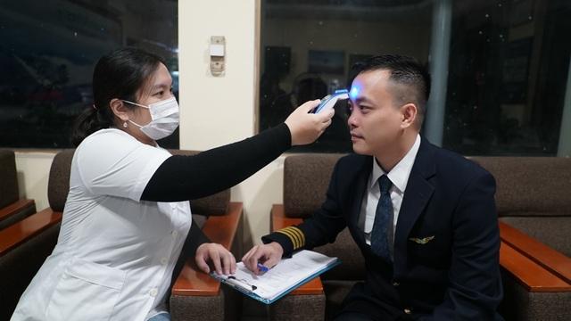 Chuyến bay chở 30 người Việt từ Vũ Hán về nước - 4