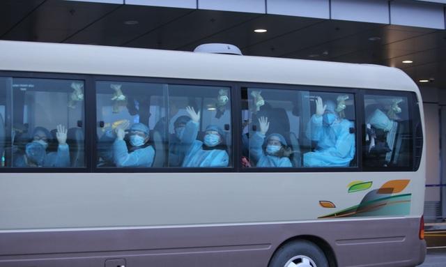 """Cận cảnh người Việt trở về từ Vũ Hán được trang bị bảo hộ """"đặc chủng"""" - 18"""