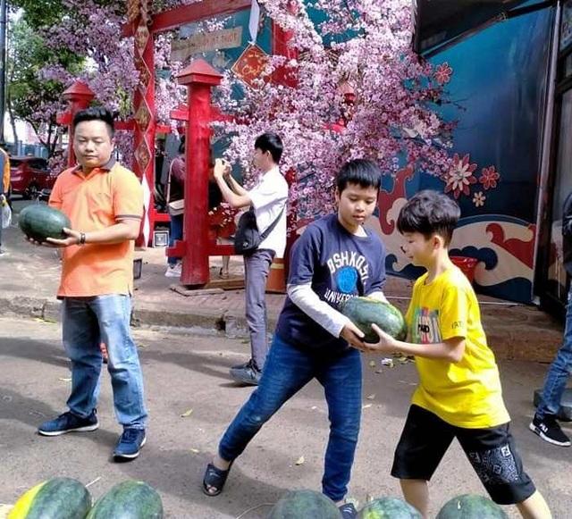 """Người dân Đắk Lắk hào hứng """"giải cứu"""" dưa hấu giúp bà con nông dân - 2"""