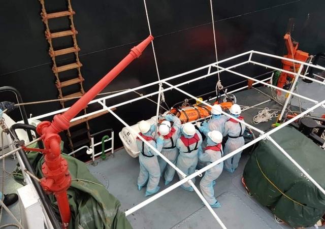 Thủy thủ bảo hộ kín mít khi cứu thuyền viên Philippines thời dịch corona - 2
